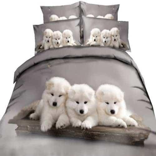 conjunto de cama con perritos blancos dentro de cesta
