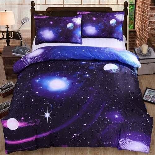 juego de cama 3D con una galaxia en colores azul oscuro y morado