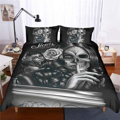 ropa de cama de estilo gotico con mujer pidiendo silencio